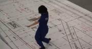 A filha da merendeira em: Recolocando o piso / Frame do vídeo