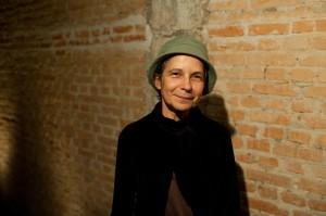 A crítica, pesquisadora e educadora Helena Katz tece reflexões sobre o caráter das manifestações e que questões elas podem suscitar para a dança. Foto: Kenji Arimura.