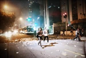 Cenário de guerra em protesto pela revogação do aumento da tarifa de transporte coletivo em São Paulo, no dia 13 de junho de 2013. Foto: Mídia Ninja.