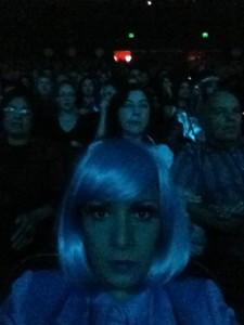 """Lady Blue aguarda a próxima """"atração"""" da """"noite dos campeões"""", na plateia do auditório Ibirapuera, em São Paulo."""