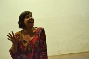 Fernanda Bevilaqua, diretora do estúdio e companhia Uai Q Dança, uma das propositoras do OsC, em conversa durante o encontro. Foto: Clara Bevilaqua.